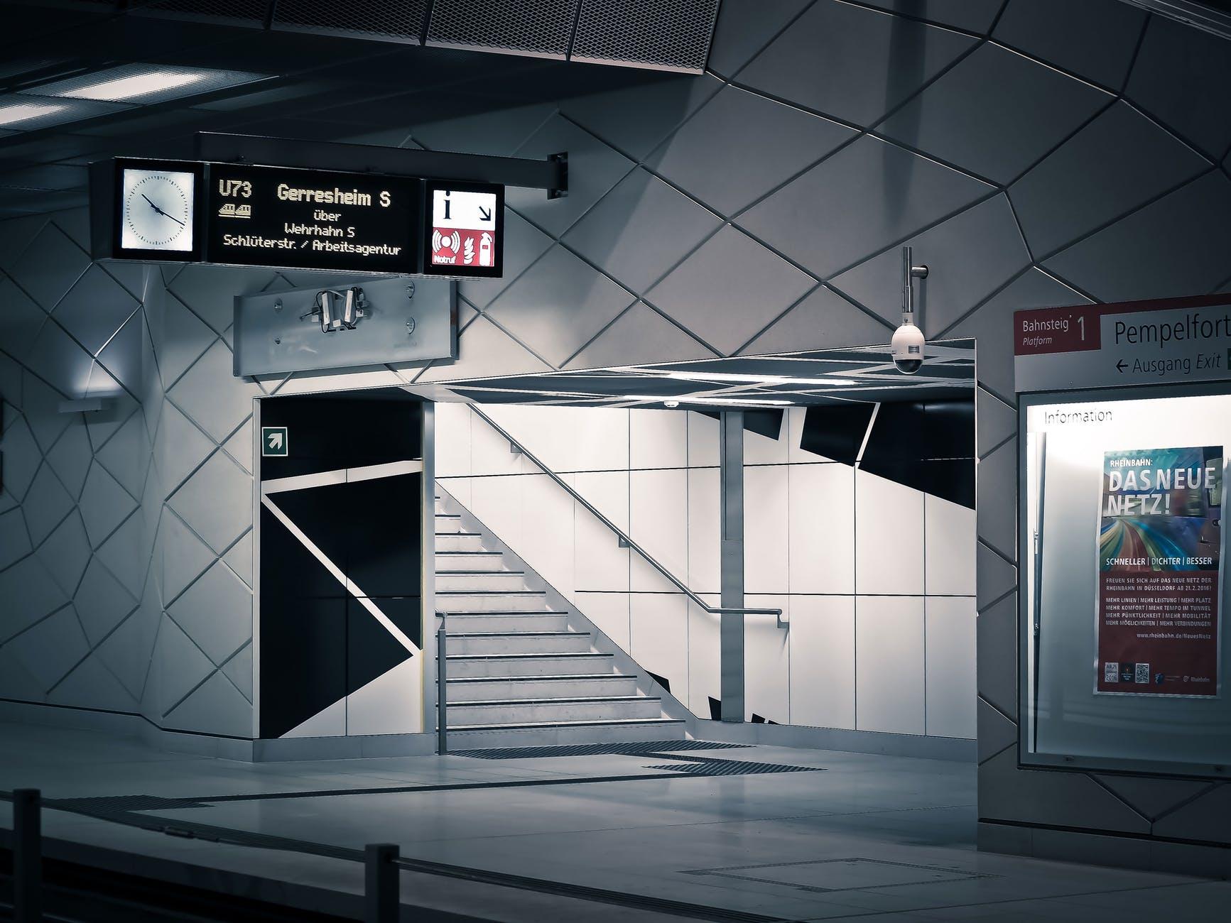 Vita brickor i tunnelbana